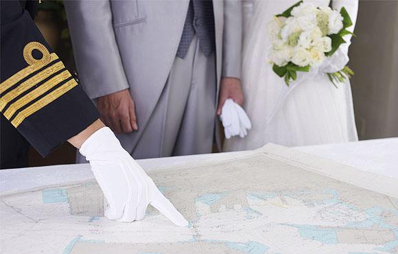 新郎新婦に航路を説明する船長