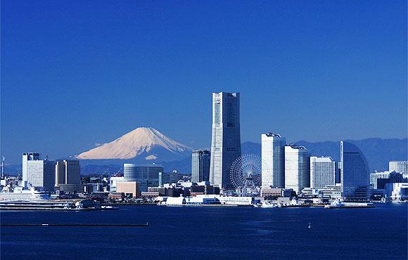みなとみらいの街と富士山をバックに結婚式